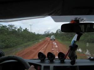 村へ行く赤土のぬかるみ道