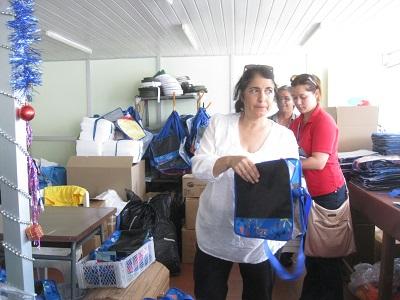 セプローディでの、バッグの製造を説明するアドリアナさん