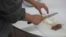 チョコ講座にてカカオバターを刻む